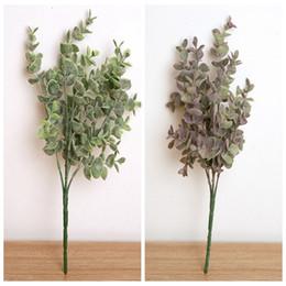 Pequenas decorações plásticas de árvore de natal on-line-Ramo de árvore de eucalipto de plástico Artificial para decoração de casamento de Natal Arranjo de flor pequenas folhas planta folhagem faux