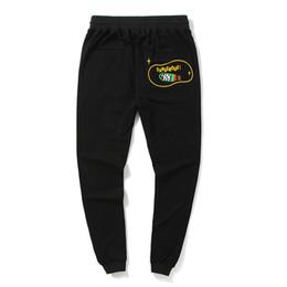 Nuevos tipos de pantalones de hombre online-Hombres negros La letra impresa Manojo de pie Quién es pantalones Moda callejera Moda de ocio al aire libre Tipo suelto Pantalones de movimiento El nuevo estilo