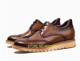 Deutschland Handgefertigte Herren Kleid Schuhe aus echtem Leder geschnitzt Brogues Wohnungen Lace Up Brown männlichen Plattform Höhe zunehmende Freizeitschuhe supplier male brown dress shoes Versorgung