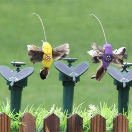 Giocattoli solari divertenti volanti svolazzanti colibrì Flying Powered uccelli colore casuale per la decorazione del giardino cheap bird garden decoration da decorazione del giardino degli uccelli fornitori