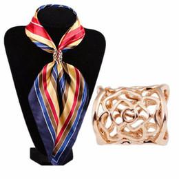 Spilla di buona qualità online-Migliore affare di buona qualità Moda Hollow Rose Fiori sciarpa fibbia spilla Sciarpe hostess donne clip gioielli regalo 1PC