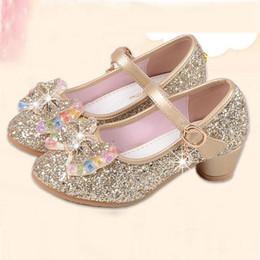 Zapatos de niños sandalias de perlas online-Nuevos Niños Princesa Perla Sandalias Rebordear Flor de los niños Prom de la boda Zapatos formales Tacones altos Zapatos de vestir Zapatos de fiesta para niñas