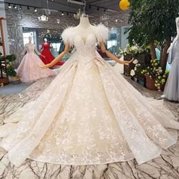 Пояс пояса перьев онлайн-Страус Перо Плеча Свадебные Платья С Поясом 2019 Новый Дизайн Аппликации Блестящие Кружева V-Образным Вырезом Свадебные Платья С Поясами