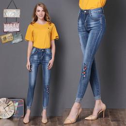 2019 più collant floreali di formato Jeans donna blu a vita alta skinny pantaloni denim a righe da donna Jeans a ricamo floreale Jeans a matita Stretto femminile sconti più collant floreali di formato