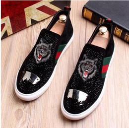 2019 zapatos de goma para hombre Zapatos de remache de estilo británico de alta calidad para hombres de alta calidad Zapatos de lujo causales de oro para hombres Zapatos de goma de fondo negro de oro rojo para hombre. zapatos de goma para hombre baratos
