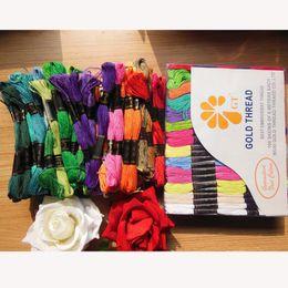 bolsas de regalo de tela de encaje Rebajas Venda al por mayor el hilo de coser 100rolls / box 100% del hilo del bordado del algodón (cada caja contiene 50kinds del color / cada rollo los 8m)