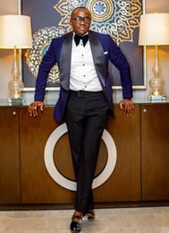 2019 traje oscuro marino corbata Nueva llegada Un botón Oscuro Azul marino Novios Esmoquin Negro Solapa Padrinos de boda El mejor hombre se adapta a los trajes de boda para hombre (chaqueta + pantalón + pajarita) traje oscuro marino corbata baratos