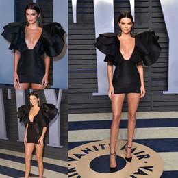 vestidos preto curto oscar Desconto Oscar Black Curto Vestidos de Baile Sexy Mergulhando No Pescoço Mini Vestido de Noite Com Ruffles robes de soirée Vestidos de Tapete Vermelho