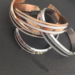 Nueva moda marca de gama alta simple para hombres y mujeres salvajes parejas pulsera abierta tipo C de oro rosa 316L pulsera de acero inoxidable pulsera desde fabricantes