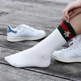 2019 bio-box großhandel 2018 heiße 3 Farben Mode Socken Rot Schwarz Gestreifte Strümpfe Bienen Stickerei Tide Marke Socken Kniehohe Sportsocken 2 teile / para