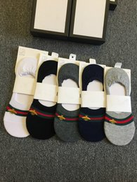 Wholesale bee gift box - Top quality 5 pairs box bee embroidery striped men women unisex slippers sock homme boat sock non-slip socks with gifts box black white grey