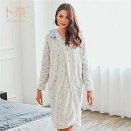 03df515e9 Senhoras Sexy Vestido de Noite De Cetim Nobre Flanela NIghtgown Mulheres  Sleepwear Camisolas de Manga Longa Com Decote Em V Camisola Sexy Nightgown  Quente ...