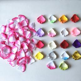 Petali di fiori artificiali bianchi online-17 colori 100 pz / pacco rosso bianco petali di rosa decorazione di nozze fiori artificiali decorazione floreale in seta fiori decorativi e ghirlande