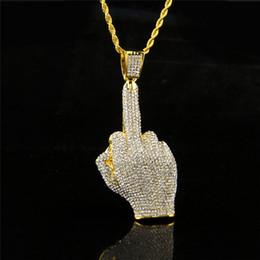 dfe20e875200 Para hombre collares 18 k chapado en oro dedo medio diseño personalizado Hip  Hop joyería cadenas largas hombres Rhinestone collares pendientes diseños  de la ...