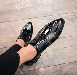 Роскошные мужчины британский старинные красный черный заостренный Буллок кожа показать обувь свадебные квартиры мужской платье Homecoming выпускного вечера формальные обувь AA594 от