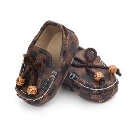 Scarpe bambino in pelle neonato online-Neonato Scarpe PU Plaid in pelle Neonati Morbidi Sole Culla Scarpe First Walker Infantile Prewalker Scarpe 0-12M