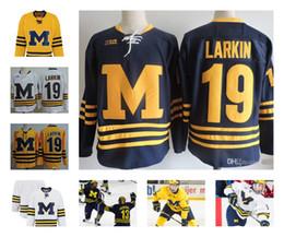 Jersey de hockey 3xl online-Custom NCAA Colleage Hockey Jerseys Michigan Wolverines # 19 LARKIN # 13 Zach Werenski Michigan Wolverines Jersey cosido S-3XL