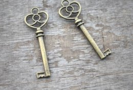 Teclas de tono bronce online-5 unids / lote encanto clave de la vendimia tono de bronce antiguo del corazón del tirón encantos clave colgante 62x21mm