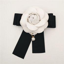 Deutschland Weiße Kamelie Blumenbrosche Frauen Kamelie Broschen Pins Berühmte Marke Perle Anhänger Weiße Blume Brosche Für Hochzeit Versorgung
