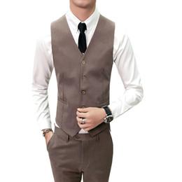Wholesale De haute qualité Chalecos Para Hombre Marque Nouvelle Slim Fit Dress Vest Hommes V Cou Sans Manches Marron Clair De Mariage Gilets De smoking