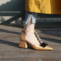 Saltos de vestido de cetim amarelo on-line-Primavera verão senhoras de seda de cetim Bombas de salto médio cristal bowties um cinta vestido sapatos mulheres strass preto amarelo