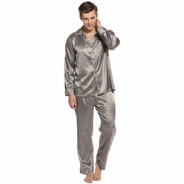 2019 pantalones de satén para hombres Pijama de dormir suelto de los hombres pijama de satén Homme camisón pijamas Set pantalones de salón y traje de 2 piezas pijamas de la noche masculina ropa de casa rebajas pantalones de satén para hombres