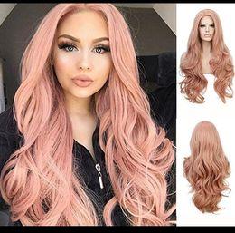 Parrucche lunghe rosa online-Parrucca cosplay parrucca ondulata di colore rosa parrucca sexy in fibra di corpo onda resistente al calore parrucche sintetiche glueless anteriore parrucca per donne nere FZP78