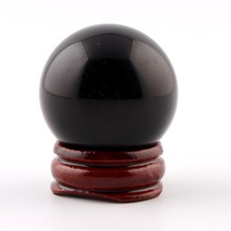 Хрустальный шар черный онлайн-whole sale35mm Black Obsidian Sphere Natural Stone Carved Crafts With Wood Stand Grey Crystal Chakra Healing Reiki Ball With Free Pouch