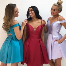 Vestidos de fiesta azul lila online-Fuera del hombro Vestidos de regreso a casa Correas de espagueti Satin Cut Out Back Tallas grandes Vestidos de fiesta azul rojo lila Vestidos de baile