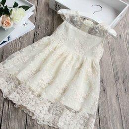 2019 короткие платья для мальчиков Девушки кружева цветы embroidere платье летние дети кружева полые с коротким рукавом платье дети рябить марля принцесса платье A01621 скидка короткие платья для мальчиков