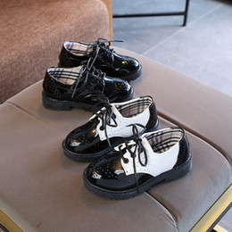 2019 sapatas pretas da patente das crianças New Kids Gentlemen sapatos de vestido 2 cores 16 tamanhos para 2-11 T moda clássico branco preto sapatos de couro para festa de desempenho primavera sapatas pretas da patente das crianças barato