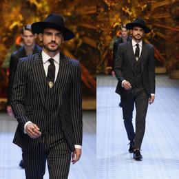 vestidos de rayas para hombre Rebajas Rayas negras de tres piezas trajes de los hombres de la boda smokinges formales de negocios sposo chaquetas pantalones chalecos de alta calidad desgaste padrino