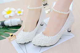 Pisos de novia cómodos online-Perlas y encaje 2018 Zapatos de boda Pisos Zapatos de novia Dulces y cómodos Flatforms Zapatos de fiesta de graduación con perlas Tobilleras