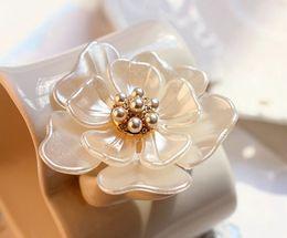 perno moderno Sconti Rinhoo Camellia Flower Spilla spille vegetali Spille per le donne Decorazione dei vestiti Moda Bella gioielli Moderna ragazza regalo