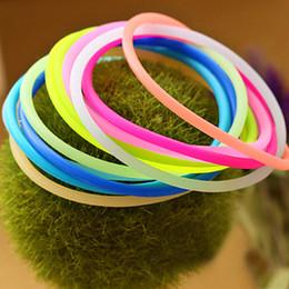2019 dünne armbänder 10pcs Mix Candy Farben Leucht Armband Elastische Haarbänder Hoop für Mädchen Frauen und dünne Silikon Armband Armreif Geschenk günstig dünne armbänder