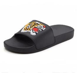 Argentina Nueva moda salvaje hombres cabeza de tigre casa zapatillas antideslizantes de plástico playa de los hombres grueso palabra inferior diseño de la manera tamaño 40-44 Suministro