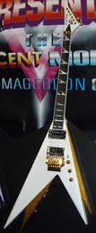 Battant v guitare blanche en Ligne-Rare Double V Jack Kiss Vinnie Vincent Pearl Blanc / Or Flying V Guitare Électrique Cordier Floyd Rose Tremolo, Ecrou de Verrouillage, Quincaillerie Or