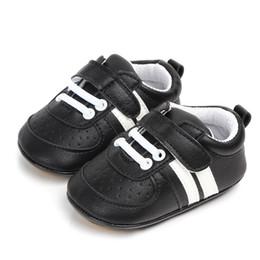 Sapatos de bebê de tecido branco on-line-Criança infantil baby boy shoes casual pu tecido macio único berço shoes primeiro walker para recém-nascidos sapatos brancos meninos sneakers