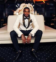 esmoquin de novio de oro blanco Rebajas 2018 Guapos esmoquin blanco para bodas Patrón dorado Trajes Laple Barato Traje de novio con un botón (Chaqueta + Pantalones + Pañuelo + Corbata)
