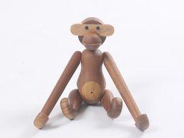 Engraçado casa presentes on-line-Nova Estatueta de Arte de Decoração Para Casa Bonito Macaco De Madeira de Diferentes Poses Engraçado Boneca Artesanato Presentes de Aniversário Artesanato Criativo Ornamentos