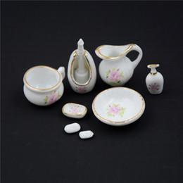 set di regali per il bagno Sconti 1/12 Miniature Dollhouse Accessori per il bagno Set Floreale in ceramica 8PCS pastello rosa casa delle bambole bagno decorazione bambole regalo kit