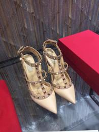 2019 sandales en caoutchouc blanc Designer Pointed Toe 2-Strap avec des goujons Talons hauts en cuir verni Rivets Sandals Femmes clouté Strappy Dress Shoes Chaussures à talons hauts Valentine