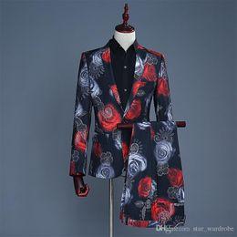 Patrones impresos rosa roja online-Venta al por mayor de manga larga de alta calidad de color rojo y azul de Rose patrón de la chaqueta de la chaqueta de la capa de la chaqueta del club nocturno Singers Etapa traje de pantalones