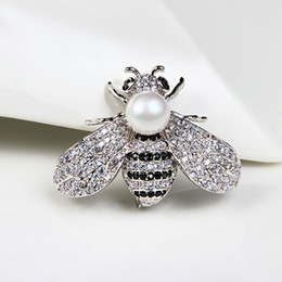 2019 пластиковые ювелирные изделия выросли оптом Цирконий перлы нового способа творческий. Пчелиная брошь для женщин стиль соответствия свитер брошь аксессуары контактный Оптовая