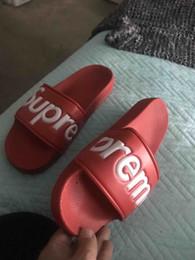 Hombres Mujeres Sandalias Zapatos de diseño Deslizamiento de lujo Moda de verano Ancho plano resbaladizo con gruesas sandalias de invierno Zapatilla Flip Flop No Box desde fabricantes