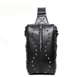 Bolsos de moda para hombres online-Nuevo estilo de la llegada de los hombres del remache del paquete del pecho de la moda Cuero de la PU del bolso de los paquetes del cuero del caballo loco
