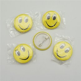 Botón divertido online-50 unids Smile Face Badges Pin en el Botón Broochs Smiley Face Icons Sonrisa Ojos Abiertos Diversión Insignia DIY Accesorios de la joyería