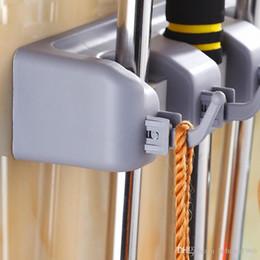 2019 accesorios de almacenamiento de herramientas Montado en la pared Almacenamiento Mop Holder Brush Broom Hanger Almacenamiento Estante Cocina Organizador Con Accesorio montado Colgando Herramientas de limpieza 13jj ff accesorios de almacenamiento de herramientas baratos