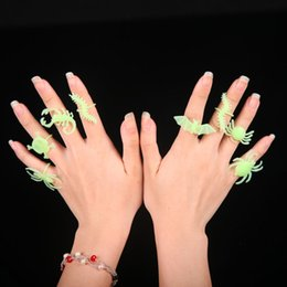 Juguetes de insectos para niños online-10 unids / lote Halloween Luminous Insects Ring Set Animal Design Plastic Toys Spider Jewelry Ring Niños Niños Finger Toys Party Supplies AAA741