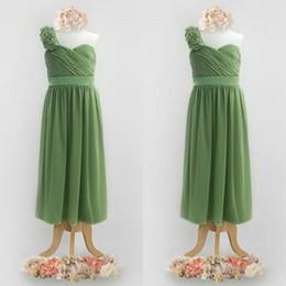 Una linea di cinghia di fiori online-Cute Olive Green Flower Girls Dresses for Weddings One Shoulder Floral Strap Pleated Bodice A Line Full Length Junior Bridesmaid Dresses
